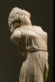 Menade danzante copia romana   in marmo museo di Dresda del 330-335 a.c ( poco prima del periodo Ellenistico) alta 45cm  scolpita da  Skopas. Busto senza gambe e braccia, raffigurante una danzatrice in un ballo dionisiaco con vesti sollevate  e testa  all'indietro, con  lunghi capelli ondulati. Suggerisce pathos e vitalita', agitazione ed inquietudine. Le pieghe delle vesti scomposte lasciano nudo un lato del corpo e fanno intuire i particolari anatomici coperti.