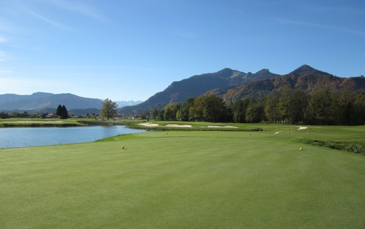 """Das 10. #Grün vom #Golfplatz mit #Blick zum #Wilden #Kaiser. """"Wasser- & Feuchtflächen prägen das Erscheinungsbild vieler Löcher - nicht nur in optischer, auch in spielerischer Hinsicht. #Golf ist ein #Sport in der Natur. Im Golf #Resort #Achental trifft der Spieler auf einen anspruchsvollen Golfplatz in einer sehr natürlichen Umgebung. Am 15. Loch spielt der Platz seine Reize voll aus: Das kurze Par 3 ist trickreich zu spielen, von drei Bunkern umringt & eröffnet den vollen Blick auf die…"""