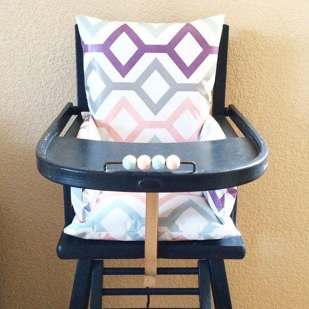 Ce coussin de chaise haute en toile cirée motif losanges de couleur gris, mauve, bleu pâle et rose pâle a été rembourré avec de la ouatine très épaisse afin d'assurer à votre enfant un confort...