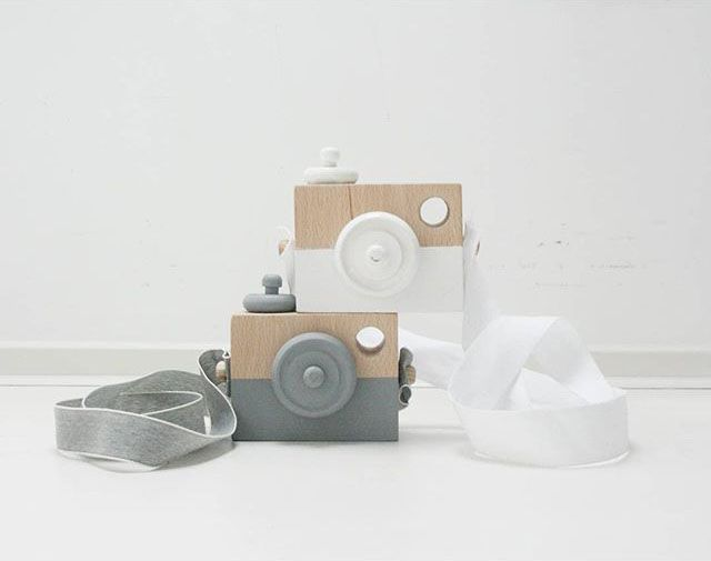 Merk: Manowoods Afmeting: 10 x 7,5 x 4 cm Lengte van de band: 80 cm Materiaal: Hout Kleur: Wit, zwart en roze Je maakt vast bergen foto's van je kleine. Nu kan je kleine zijn of haar eigen houten camera erbij pakken. De houten camera is natuurlijk mooi speelgoed om mee te spelen maaris ook …