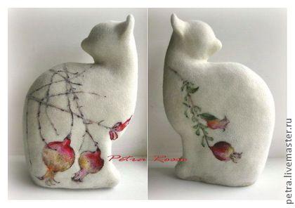 ` Ветка граната` (`Медитация`). Посадили деревья в саду.  Тихо, тихо, чтоб их ободрить,  Шепчет осенний дождь.  (Басе)    Впрочем, если вам захочется лета - достаточно развернуть кошку обратной стороной ).   Интерьерная войлочная игрушка в стиле минимализм.