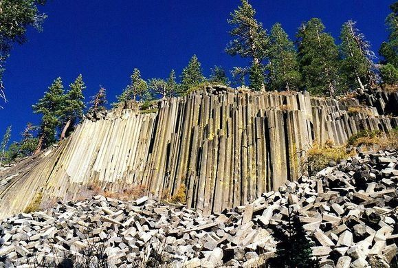 On the eastern side of the sierras in California is Devils Postpile, an unsual rock formation of over 400 symmetrical basalt columns towering 600 feet. (Photo: Cooper.ch/CC BY-SA 3.0) Devils Postpile National Monument – Madera, California | Atlas Obscura