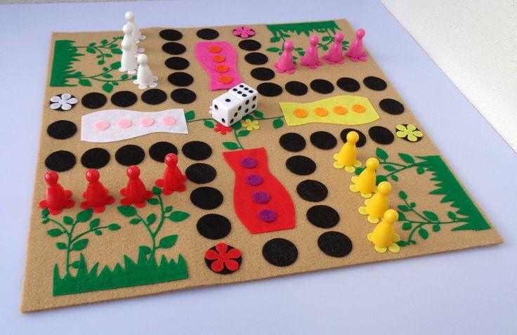 Člověče,+nezlob+se+-+kytičky+Velmi+oblíbená+hra+vyrobena+z+filcu,+základ+je+z+3mm+plsti,+na+něm+jsou+připevněny+filcové+aplikace.+Herní+deska+je+velká+27x27+cm.+Hra+obsahuje+4ks+plastových+pajduláků+z+každé+barvy+z+herní+desky+(16+ks)+a+2ks+bílých+kostek+dodávané+v+pytlíčku.