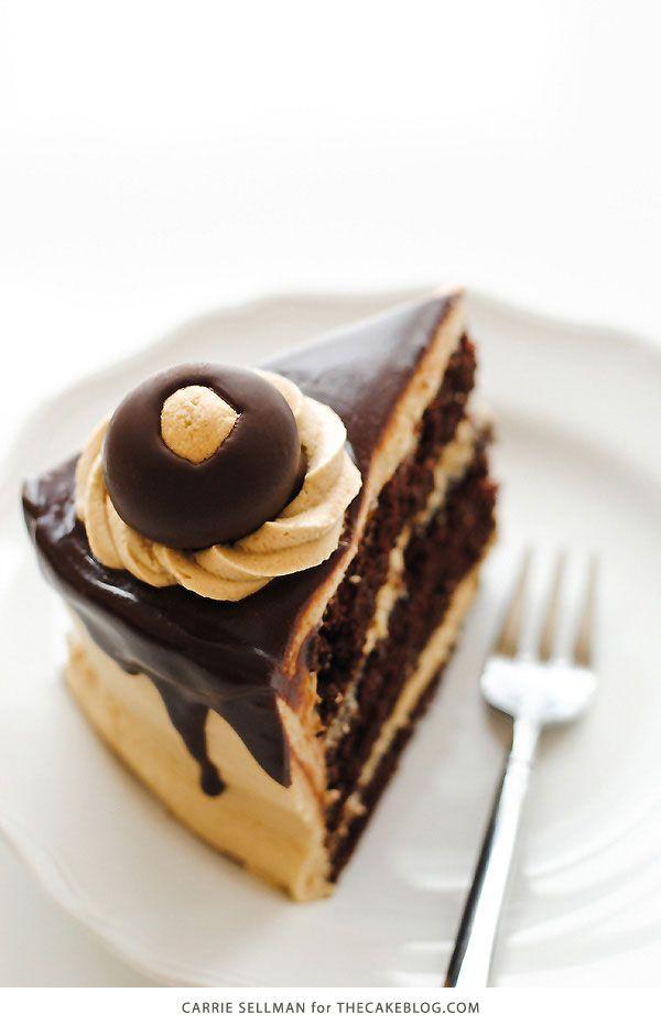 Buckeye Cake!  Rich chocoladetaart, pindakaas glazuur, chocolade ganache en chocolade pindakaas ballen.  Perfect voor vakantie partijen en dessert Kerstmis |  Carrie Sellman voor TheCakeBlog.com