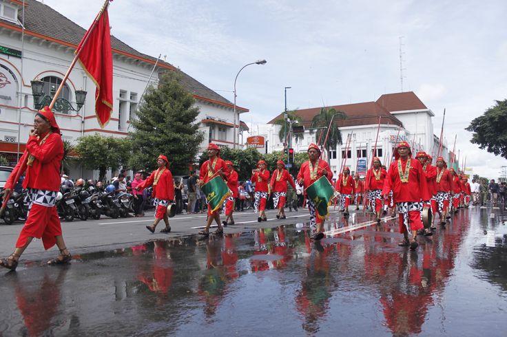 Pasukan kraton Yogyakarta, bregada Wirabraja menuju Puro Pakualaman saat acara Grebeg Maulud.