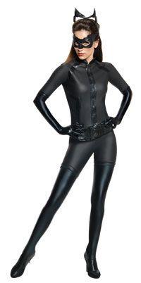 Si quieres hacerte un #disfraz #casero, el de gatúbela es una gran opción. Necesitarás: Leggins tipo piel, botas largas, blusa negra ajustada y un antifaz.