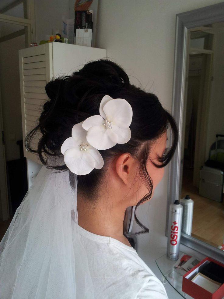 Opgestoken sluier en bloemen  http://www.hairclusief.nl