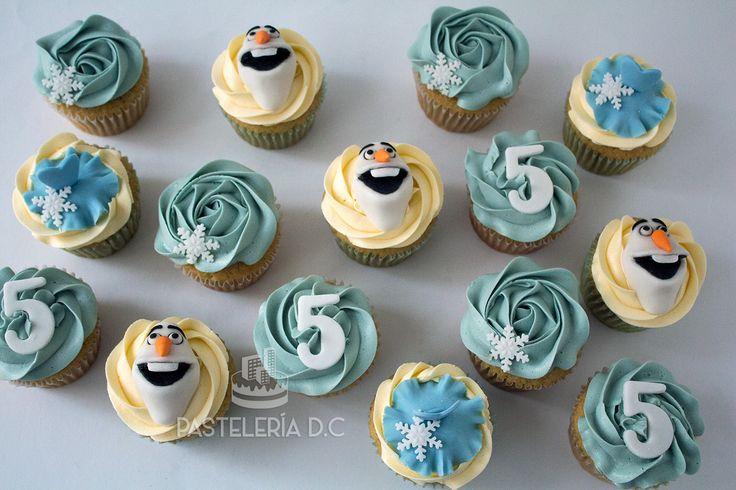 Cupcakes de Frozen. Cubierta de buttercream con toppers en fondant / Buttercream Frozen cupcakes with fondant toppers.