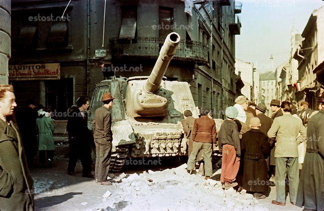 UNGARN, 10.1956.Budapest, VIII. Bezirk.Ungarn-Aufstand / Hungarian uprising 23.10.-04.11.1956:.Verlassenes sowjetisches Sturmgeschuetz in de...