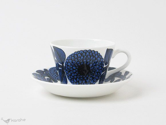 スウェーデンのGustavsberg(グスタフスベリ)社、Bla Aster(ブルーアスター)シリーズのコーヒーカップ&ソーサーです。 Bla Asterシリーズはスウェーデンを代表するデザイナー、Stig Lindberg(スティグ・リンドベリ)がデザインを手掛けました。大きなお花が大胆に描かれています。