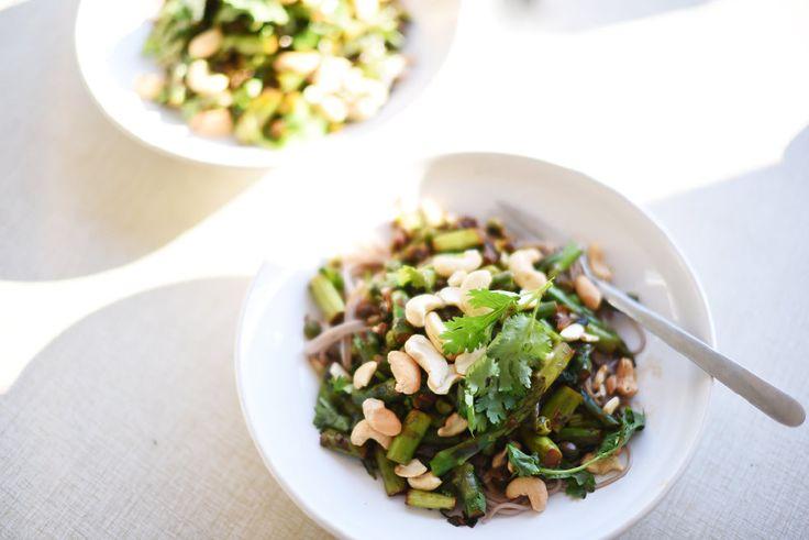 Nästa recept är Asparagus and toasted cashew stir-fry, som alltså är en wok på sparris, spenat, salladslök, lime, ingefära, gröna ärtor och koriander, som serveras med sobanudlar och cashewnötter! Hur fina är inte de här ingredienserna förresten?