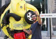Carro batido transformando em emoji lembra que você não deve enviar SMS enquanto dirige