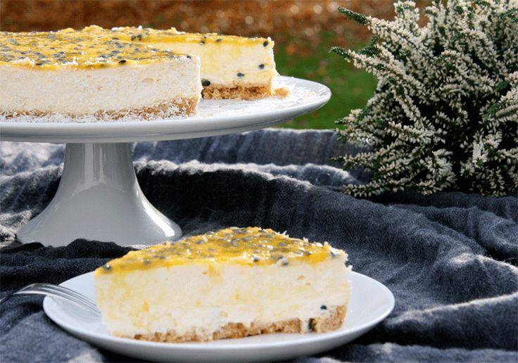 Cheesecake mit Maracujaspiegel und Kokos - Sommerfeeling auf dem Teller  http://www.kuechenmomente.de/maracuja-kokos-cheesecake/