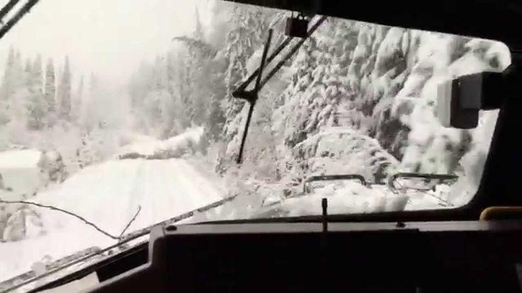 Dieser kanadische Güterzug fährt nach einem Schneesturm durch die Rocky Mountains in British Columbia. Irgendwie erwärmt es einem doch das Herz zu sehen, wie fröhlich zerstörerisch pünktlich gehen kann