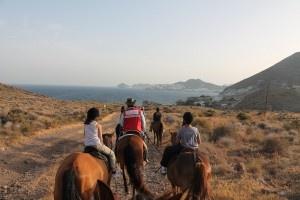 A caballo.  Viajacontuhijo, viajes monoparentales, familias monoparentales, singles con niños, viajar con niños, vacaciones monoparentales.