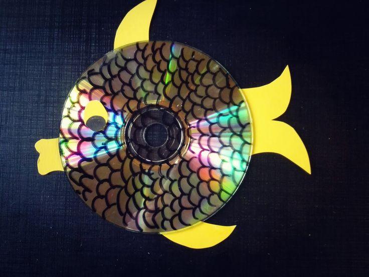 Sateenkaaren lailla kimmeltävät kalat saadaan vanhoista CD-levyistä. Piirrä esimerkiksi kalalle tussilla suomuja ja leikkaa paperista pyrst...