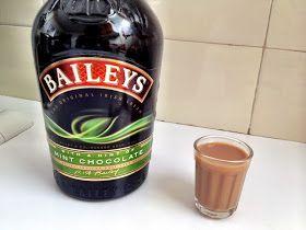 Entrando na onda de brigadeiro gourmet, resolvi testar uma receita com creme irlandês Baileys. Falando sério... acho que tinha mais de 5...