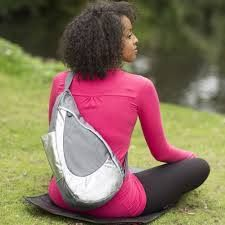 De Healthy Back Bag  *ontwikkeld met de hulp van een arts en een chiropractor om de stress op de rug, de nek en de schouders aanzienlijk te verminderen. *volgt de natuurlijke kromming van de rug. *u kunt de Healthy Back Bag over 1 van de schouders of over de rug dragen. *alleen u kunt de rits openen zonder de rugtas af te doen. *verschillende onderverdelingen aan binnen- en buitenkant. *vanaf €39.95