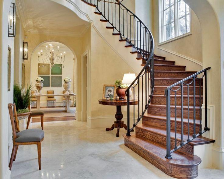 Bel escalier intérieur dans le style rustique avec bois et fer forgé