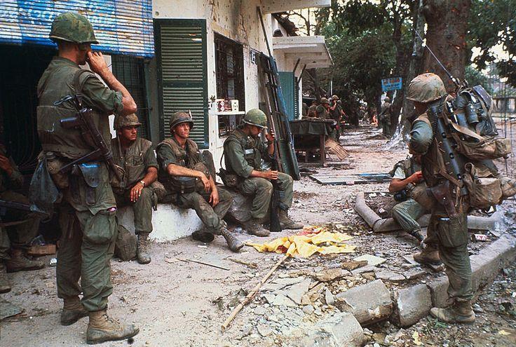 US Marines Standing on Hue Streets - Binh sĩ TQLC Mỹ trên đường phố Huế - Photo by Kyoichi Sawada