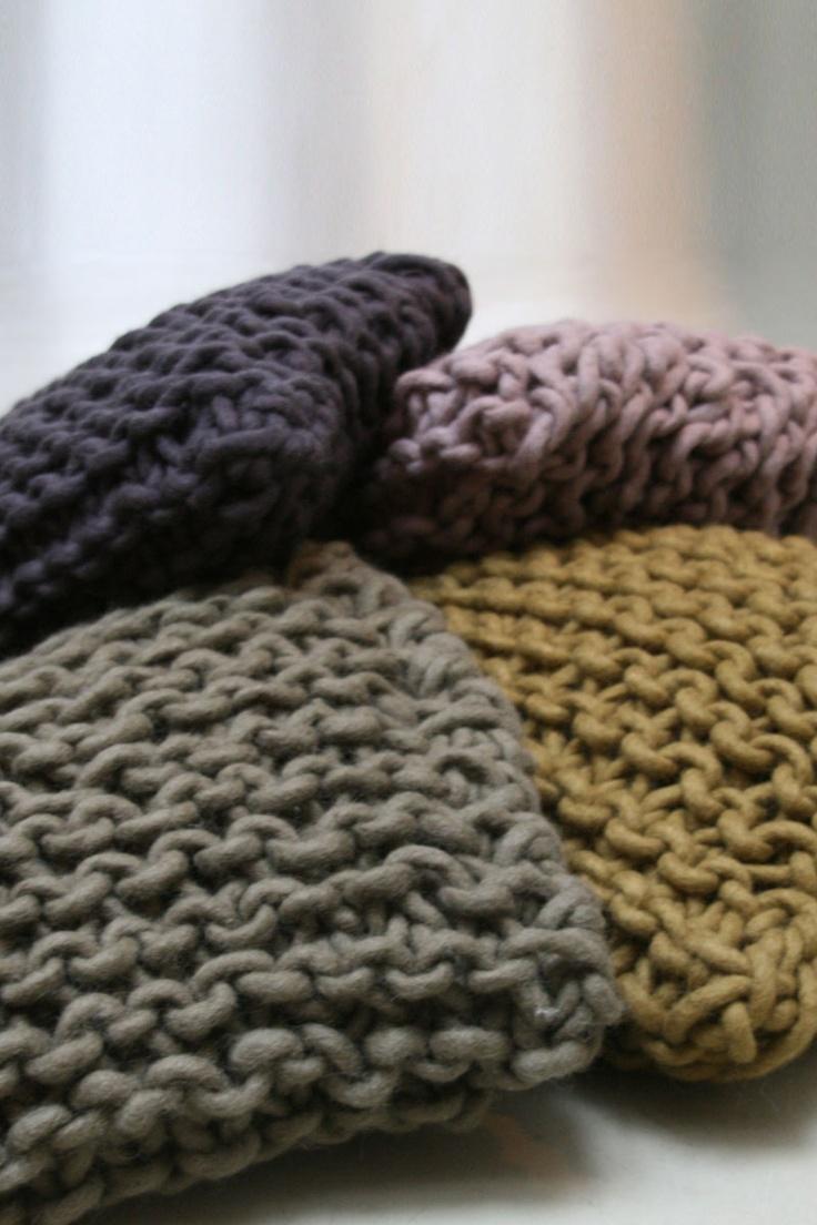 Kussen met de hand gebreid van dikke pure wol. Dit kussen staat voor; puur, basic, comfort en behaaglijkheid. www.molitli.nl