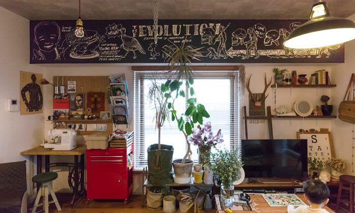 黒く塗った梁が空間を引き締める 神奈川県内の築25年以上のマンションでの暮らしを、DIYで楽しんでいる木佐貫 剛さんは、吉祥寺のインテリアショップに勤務中。 目を引くのが、梁の一部を黒板塗料で塗り、そこに描いたチョークアート。これはすべて剛さんが描いたものだそう。 「自分の家が持てたら、壁を黒板塗装するのが夢でした。実はインテリアの道を選ぶか、漫画家になるか、迷った時期もあったんです(笑)」と剛さん。 部屋の雰囲気を引き立たせるチョークアートを、自分の手で描く。ふたつの才能がなくては真似できない、木佐貫宅のチャームポイントになっている。 黒板塗装した梁のウォールペイントは、漫画家になることも考えていたほどの腕の持ち主、剛さんが描いたもの。 「ハンモックはぜひ使いたいアイテムでした。安全性を考え、フックはプロの大工さんにつけてもらいました」 キッチンの梁にもサインアートを。黒板塗料はネットで探して購入し、自分で塗ったのだそう。 黒のキャビネットは、店舗の什器として使われていたもの。「素材が鉄なので、めちゃめちゃ重いです」…