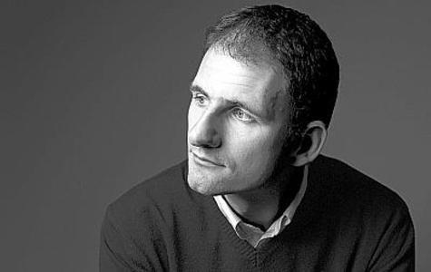 """Bernard Quiriny (Bastogne, 1978) è considerato tra i maggiori autori contemporanei in lingua francese. Con due raccolte di racconti e il romanzo """"Le assetate"""" ha vinto numerosi premi sia in Francia che in Belgio. Per la sua vena fantastica alla Poe e il suo talento borgesiano per le invenzioni metaletterarie è stato paragonato a Calvino, Bolaño, Jarry e Vila-Matas. Nel 2013 """"La biblioteca di Gould"""" ha ricevuto il Gran Prix de l'Imaginaire."""