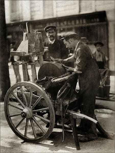 'Le rémouleur', 1898/1899 / Eugène Atget ✏✏✏✏✏✏✏✏✏✏✏✏✏✏✏✏  ARTS ET PEINTURES - ARTS AND PAINTINGS  ☞ https://fr.pinterest.com/JeanfbJf/pin-peintres-painters-index/ ══════════════════════  Gᴀʙʏ﹣Fᴇ́ᴇʀɪᴇ BIJOUX  ☞ https://fr.pinterest.com/JeanfbJf/pin-index-bijoux-de-gaby-f%C3%A9erie-par-barbier-j-f/ ✏✏✏✏✏✏✏✏✏✏✏✏✏✏✏✏