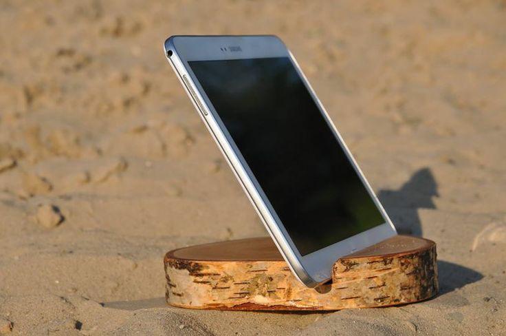 Upiększaj przestrzeń wokół siebie!   Uniwersalny, przenośny stojak dla tabletów wykonany z naturalnego drzewa brzozy.  Prosta forma naturalny wygląd to rozwiązanie dla osób szukających stojaka dla swojego urządzenia, a zarazem ciekawego drobiazgu, który upiększy Twoje wnętrze.   Świetny pomysł na niepowtarzalny oryginalny prezent !  http://pl.dawanda.com/product/56679527-PODSTAWKA-POD-TABLET-telefon-UCHWYT-stojak