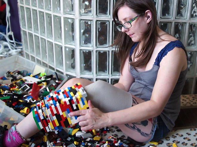 Así se construye una pierna prostética de Lego.