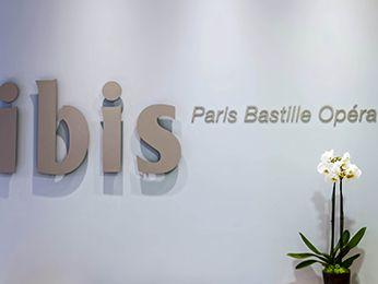 L'hôtel ibis Paris Bastille Opéra se situe dans le centre ville historique de Paris, près des quais de Seine. En métro, l'accès est direct à de nombreux monuments parisiens : Cathédrale Notre Dame, Musée du Louvre, Champs Elysées, Grand Magasins... Séjournez à 10 min de la Gare de Lyon, de la Gare du Nord et du quartier d'affaires de Bercy. Détendez vous dans l'une de nos 305 chambres dotées de la nouvelle literie Ibis et restez connecté grâce au wifi offert dans tout l'établissement