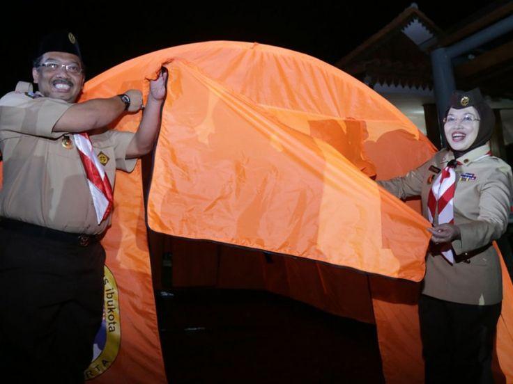 Sylviana Murni dan Firmansyah secara simbolis membuka tenda, menandai dimulainya kegiatan luar ruangan (out door)