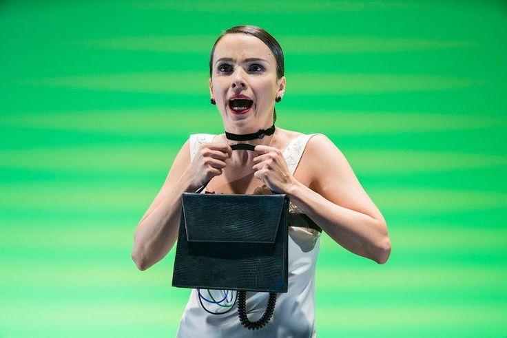 Débora Falabella atua em 'Matenha Fora do Alcance do Bebê'