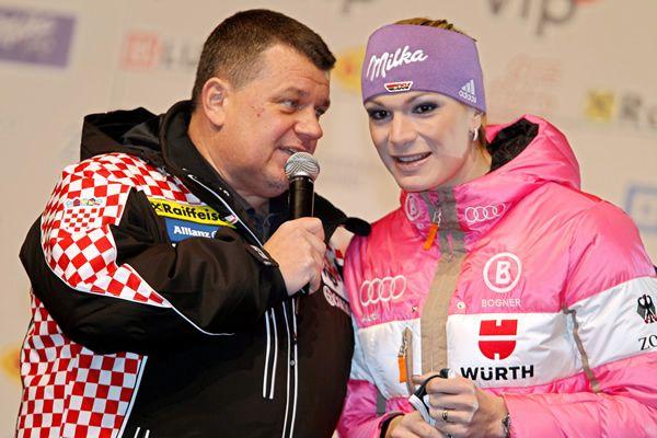 © Kraft Foods / Maria Höfl-Riesch - Der Erfolgslauf der DSV Slalom Damen stockt - Maria Höfl-Riesch und dann lange nichts? - Zagreb – Maria Höfl-Riesch ist übrig geblieben. Übrig geblieben vom einst stärksten Slalomteam der Welt. Sicher sind die jungen Wilden und die noch Jüngeren für eine Top-Platzierung gut, doch zur Zeit ist nur der 28-jährigen Skirennläuferin aus Garmisch-Partenkirchen ein Podestplatz zuzutrauen. Begeben wir uns auf Spurensuche, wer im DSV-Team nach Höfl-Riesch noch…