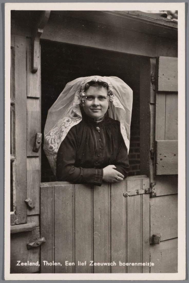 Jonge vrouw in Thoolse streekdracht. na 1905 #Tholen #Zeeland