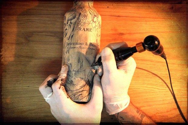 Tu aimes le packaging, le whisky et le tatouage ? Alors tu aimeras cette édition limitée de 25 bouteilles de whisky de la marque J&B. Ces créations son