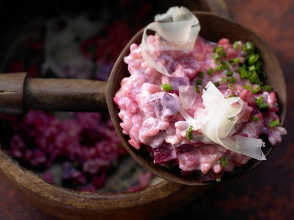 Rote-Bete-Risotto mit karamellisierten Zwiebeln: Was für eine Farbe, was für ein süß-erdiges Aroma! Cremiger Risotto mit Roter Bete.