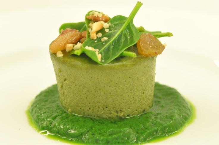 Boccone verde di spinaci, uva appassita e pinoli.