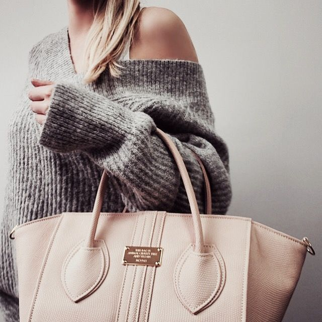 Oversize sweater in grey & nude vegan handbag