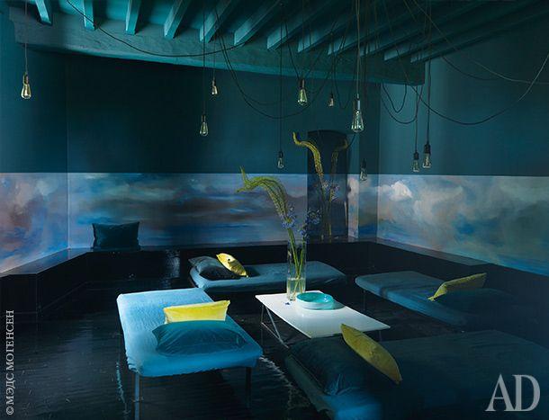 Общая спальня для гостей замка. На стенах этой комнаты Клер нарисовала панорамное окно с видом на облачное небо. Кровати из Ikea. Подушки, Caravane. Столик сделан по эскизам хозяйки ее партнером Пьером.
