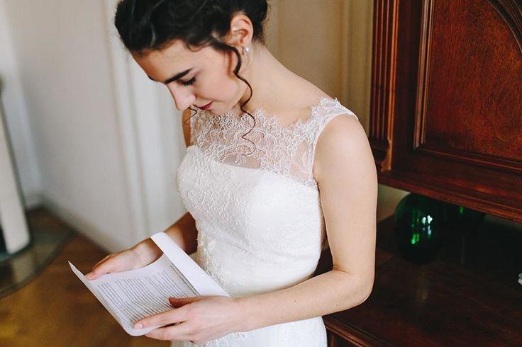 Beim Getting Ready noch einmal in Ruhe das Treueversprechen durchlesen <3 Foto: www.thomassasse.com