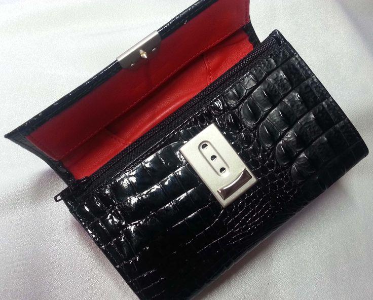 Eine Geldbörse mit dem neuesten Leder - Design von déqua: geprägtes Leder in Kroko in Lack und matt erhaben. Klasse!