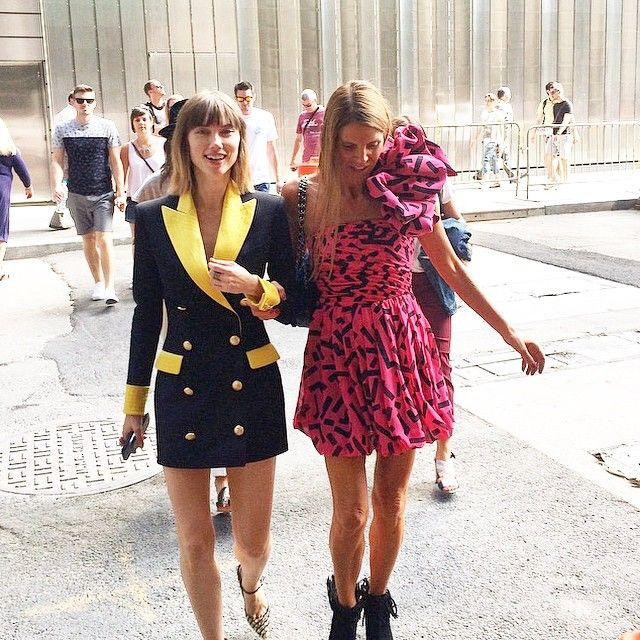 anyaziourova lapel collar, vestidos solapa. Anna Dello Russo Saint Laurent dress, vestido rosa labios Saint Laurent. Street style Nyfw at Hugo Boss show. Photo Credit janekeltnerdev