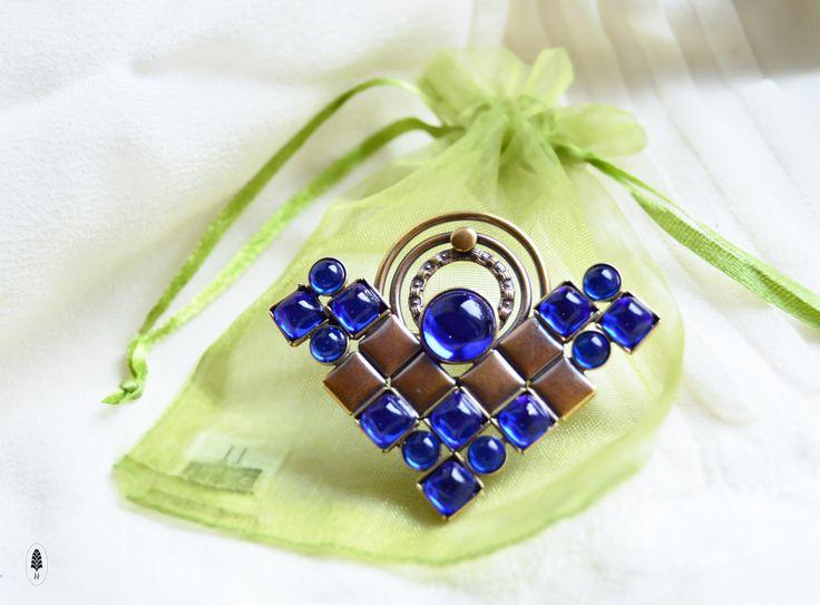 Modrá+artdeco+Brožve+stylu+módy+artdeco+vyrobená+s+myšlenkou+potěšit+ty+z+Vás+které+máte+rádyelegantní+styl.+Hodí+se+proto+pro+každou+příležitost.+Jednoduchý+geometrický+výrazný+motiv.+Velikost5,5+x+4+cm.+Skleněné+kameny+.+*slitina+85%+mědi+++15%+zinku+oTombak+je+lepší+mosaz.+oMoje+doporučení,+aby+Vám+šperky....+Vyrobená+z+tombakukombinací+zlatnických+a...