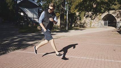 Korzystając ze słonecznej pogody łapcie letnią stylówkę Jakuba. Cały outfit stworzony został na bazie kolekcji Denley.pl.  Bezrękawnik za 89,99 ➡ http://bit.ly/CzarnyBezrekawnikDenley Krótkie spodenki za 59,99 ➡ http://bit.ly/GrafitoweSpodenkiDenley Koszula jeansowa za 99,99 ➡ http://bit.ly/KoszulaJeansowaDenley Wpis Jakuba na jego blogu 👉 http://bit.ly/BlogJakuba #denleynasportowo