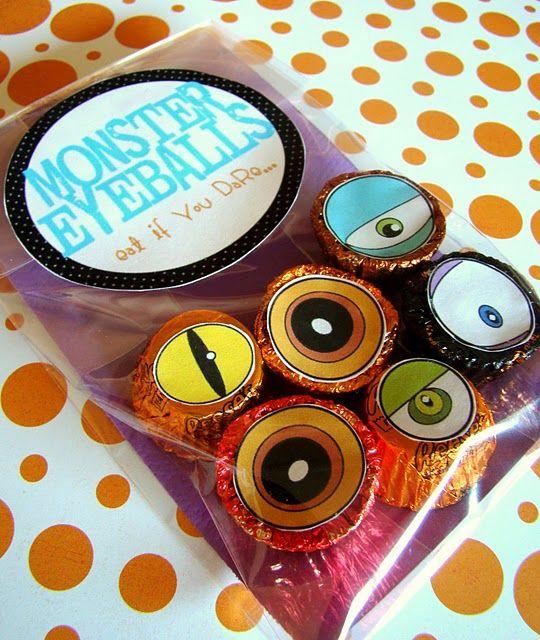 monster eyeball treats - free printable: Halloween Parties, Goodies Bags, Treats Bags, Fickl Pickled, Parties Favors, Monsters Eyeb, Favors Bags, Halloween Treats, Halloween Favors