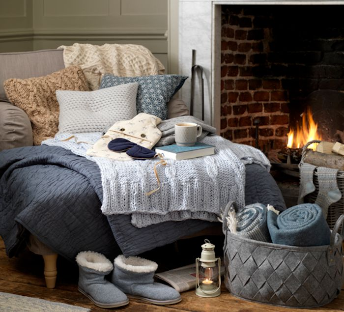 deco d hiver cosy textiles couvertures jet s plaids et coussins sur un canap gris cosy. Black Bedroom Furniture Sets. Home Design Ideas