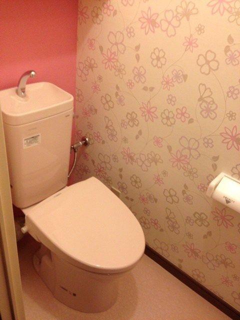 トイレ交換パック。花柄クロスにアクセントはピンク