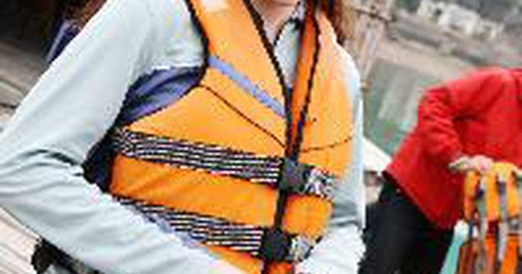 """Como Usar Um Colete Salva-Vidas. """"Fique esperto no barco desde o começo — use o seu colete salva-vidas"""" é o lema do National Safe Boating Council, e é um bom aviso. Tendo vestido um colete salva-vidas enquanto você passeia de barco pode muito bem salvar sua vida."""