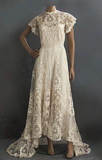 Vestido de Novia de encaje princesa, c. 1905.  Hecho de tul de algodón marfil mano-appliquéd con flores de encaje